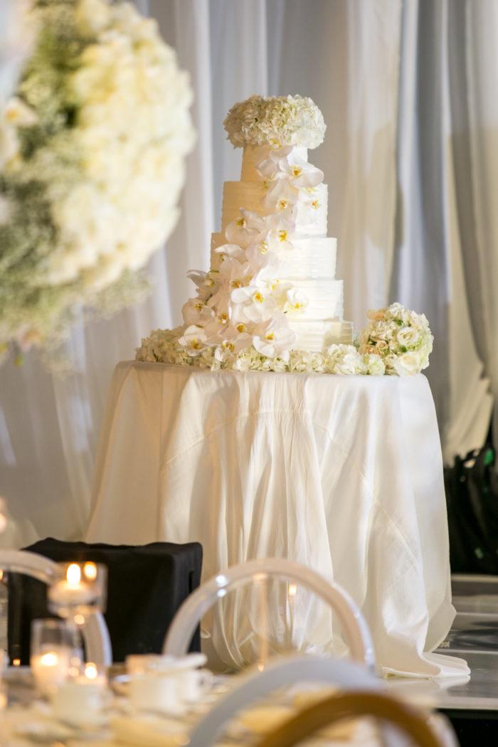 Hot cakes bakes wedding cake in ivory